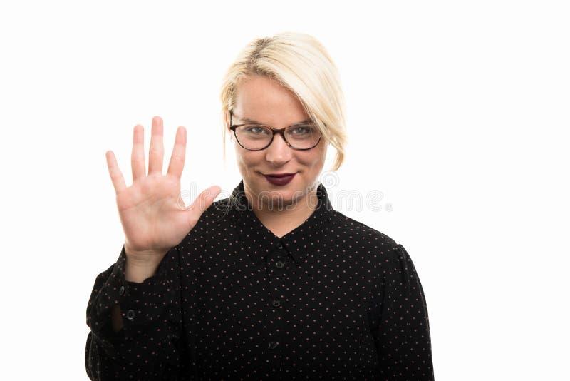Blonde vrouwelijke leraar die glazen dragen die nummer vijf met F tonen royalty-vrije stock fotografie