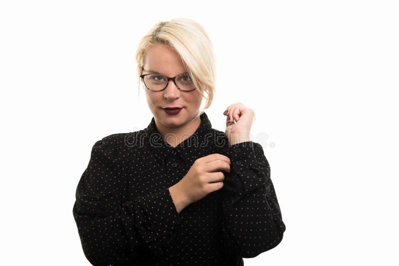 Blonde vrouwelijke leraar die glazen dragen die overhemdskoker schikken royalty-vrije stock afbeeldingen