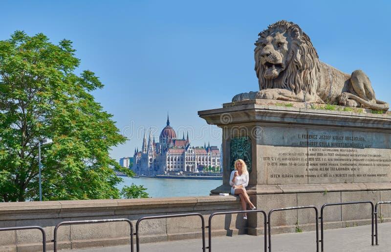 Blonde vrouwelijke toerist op de beroemde Kettingsbrug in Boedapest royalty-vrije stock fotografie