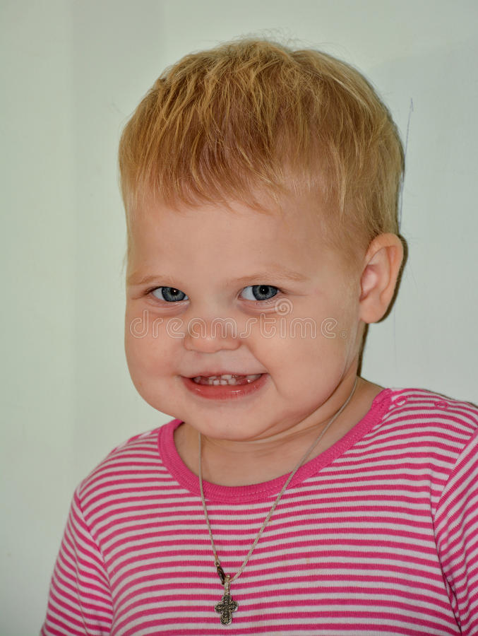 Blonde weinig vrolijk meisje thuis royalty-vrije stock foto