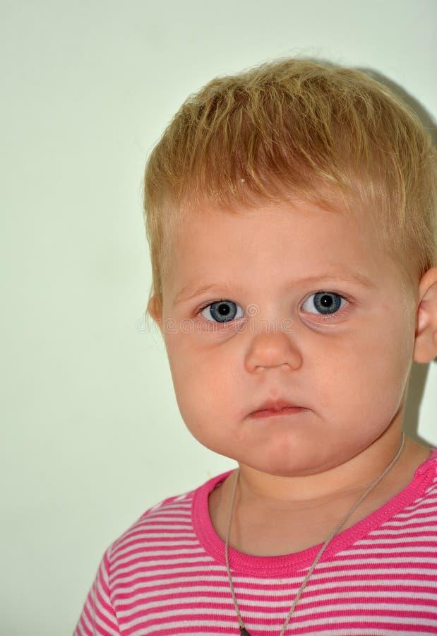 Blonde weinig vrolijk meisje thuis royalty-vrije stock afbeelding