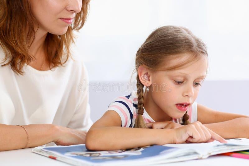 Blonde wenig Lesung zusammen mit Mutter stockbilder