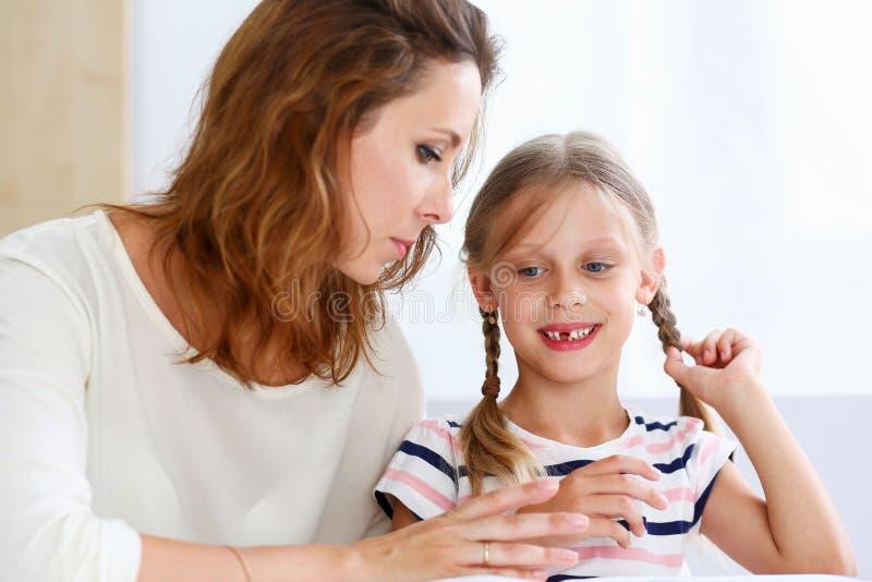 Blonde Wenig Lesung Zusammen Mit Mutter Stockbild - Bild