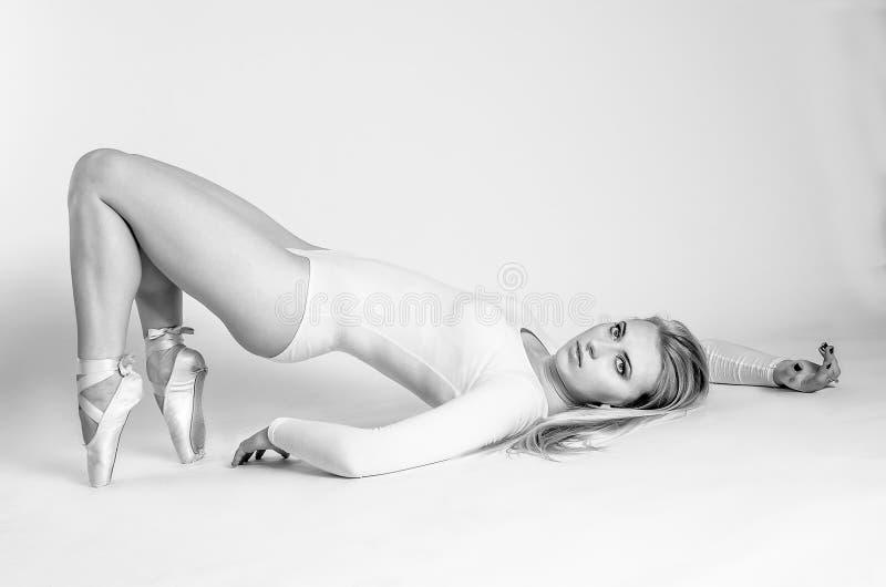 Blondedanser, ballerina op grijze achtergrond stock afbeeldingen