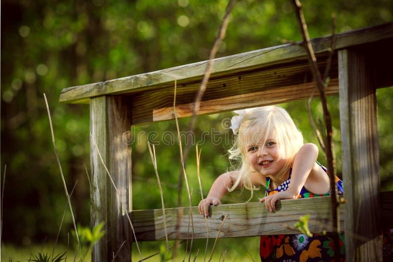Blondemeisje die buiten plaing stock fotografie