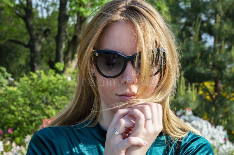 Blondemeisje in donkere zonnebril in de zon stock afbeeldingen