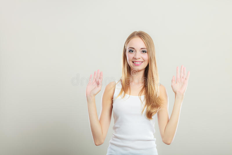 Blondemeisje het uitspreiden handen met vreugde stock afbeelding