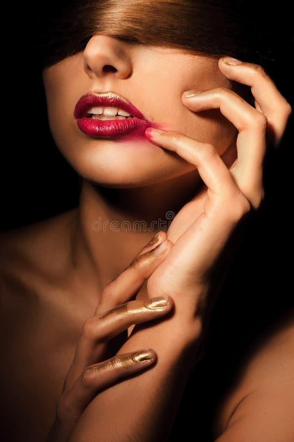 """Blondemeisje met een omhoog verband op zijn ogen als haar haar en gouden make†"""" stock foto's"""