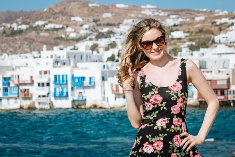 Blondemeisje met zonnebril bij het strand royalty-vrije stock foto's