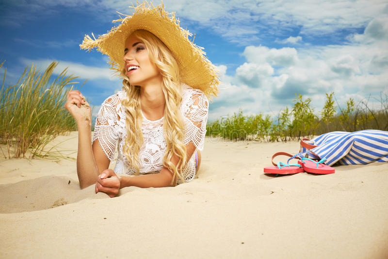 Blondemeisje op het de zomerstrand royalty-vrije stock afbeelding