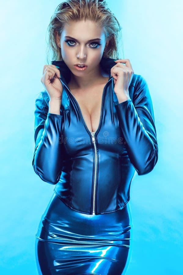 Blondemeisje in strakke blauwe kleren royalty-vrije stock foto