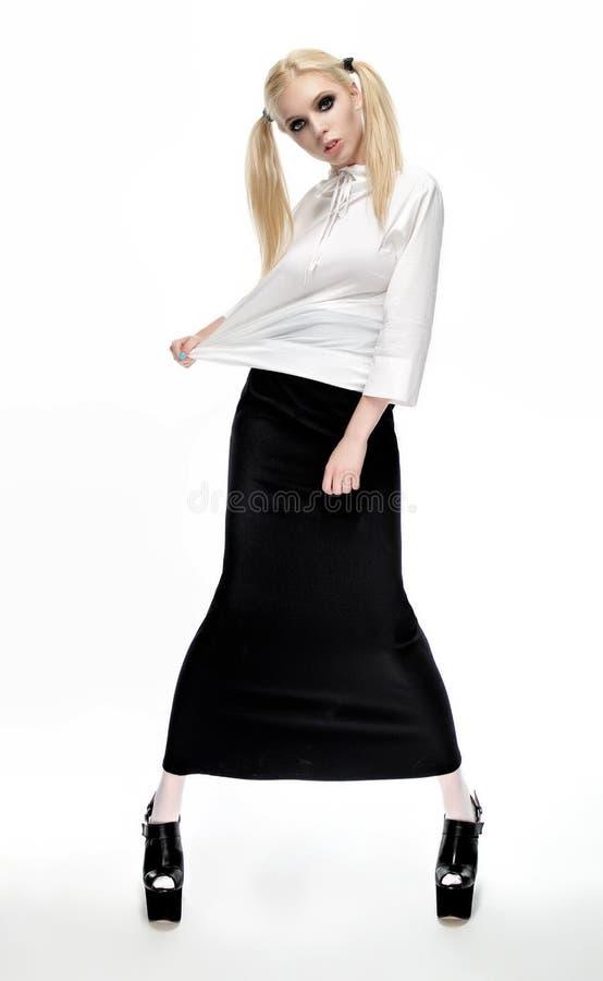 Download Blondemodel In Een Zwarte Rok En Een Witte Blouse Stock Foto - Afbeelding bestaande uit lang, slank: 54080292
