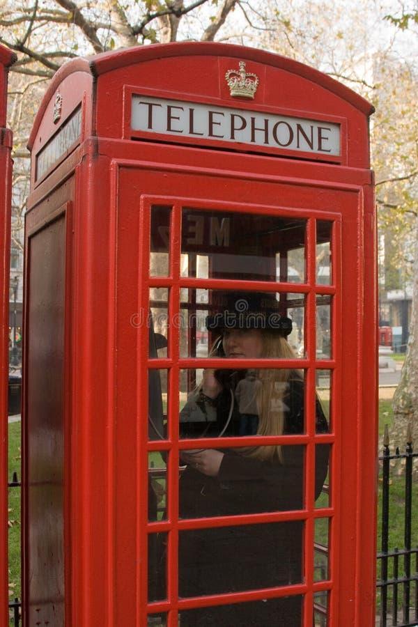 Blonde Telefonzelle lizenzfreie stockbilder