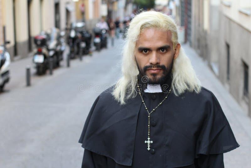 Blonder ethnischer Priester mit dem langen Haar drau?en stockbilder