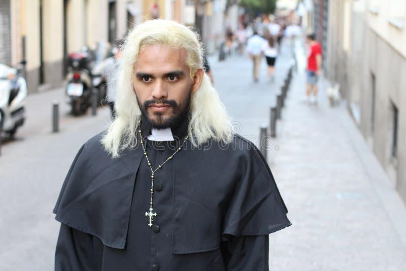 Blonder ethnischer Priester mit dem langen Haar drau?en stockfotografie