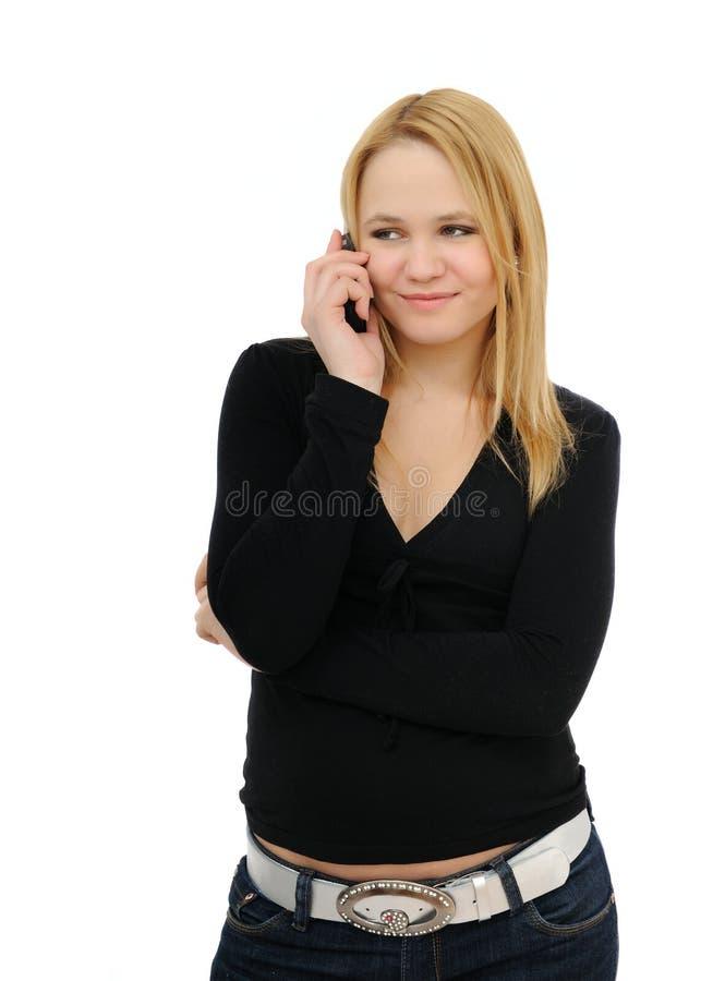 Blonder Jugendlicher, der mit Handy benennt lizenzfreies stockbild