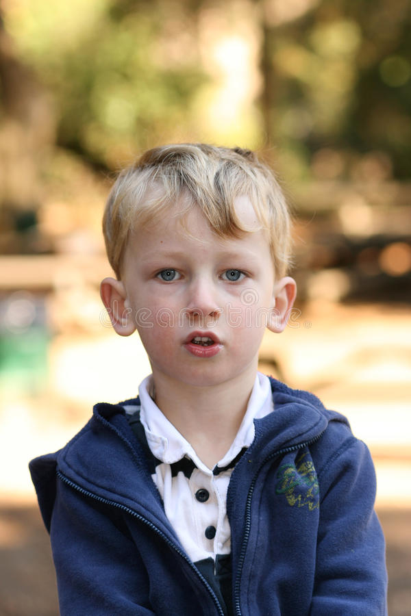 Blonder Junge draußen stockfoto