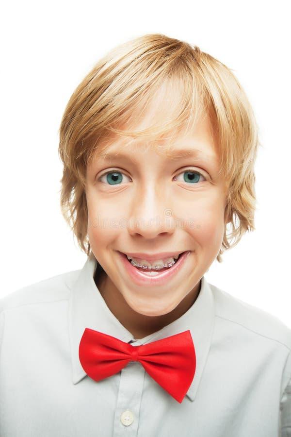 Blonder Junge mit Zahnklammern stockfoto