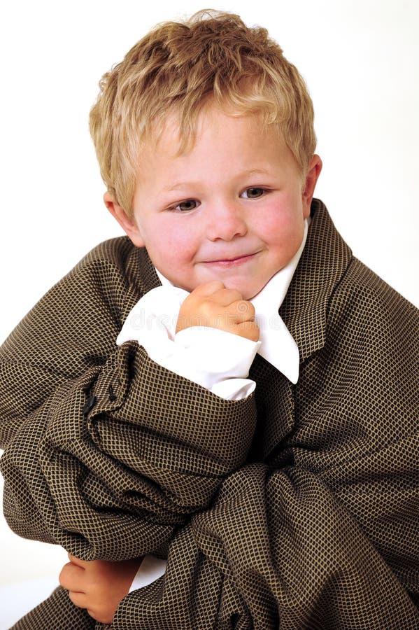 Blonder junger Junge in der Überformatgeschäftskleidung lizenzfreie stockfotografie