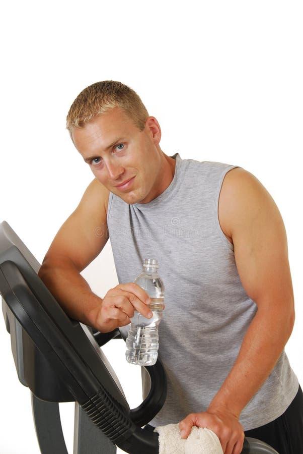 Blonder Mann auf einer Tretmühle lizenzfreie stockfotos