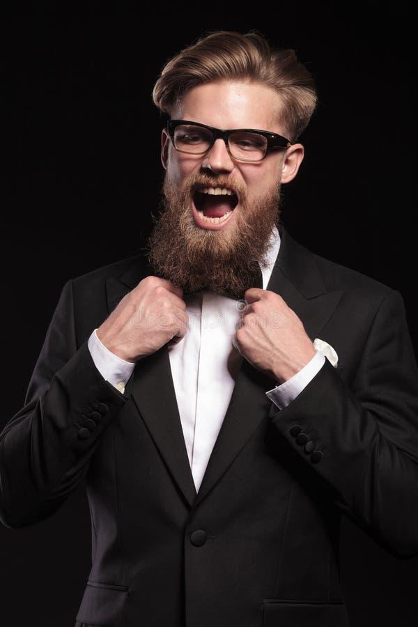 Blonder schreiender Hippie-Geschäftsmann stockfotografie