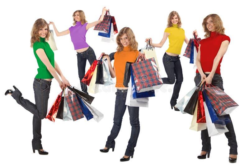 Blondes avec la robe et les sacs de couleur d'arc-en-ciel complètement photo stock