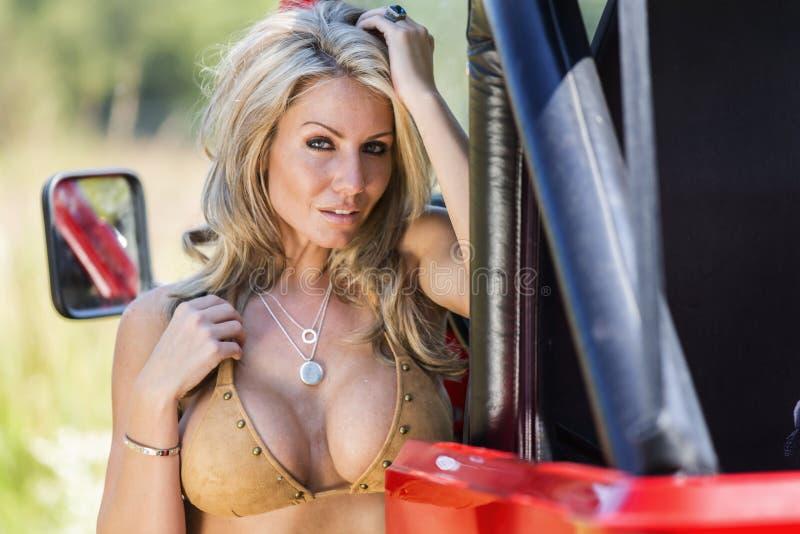 Blondes Baumuster mit Auto stockfoto