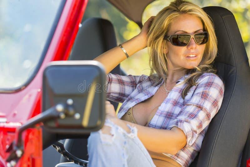 Blondes Baumuster mit Auto stockbilder