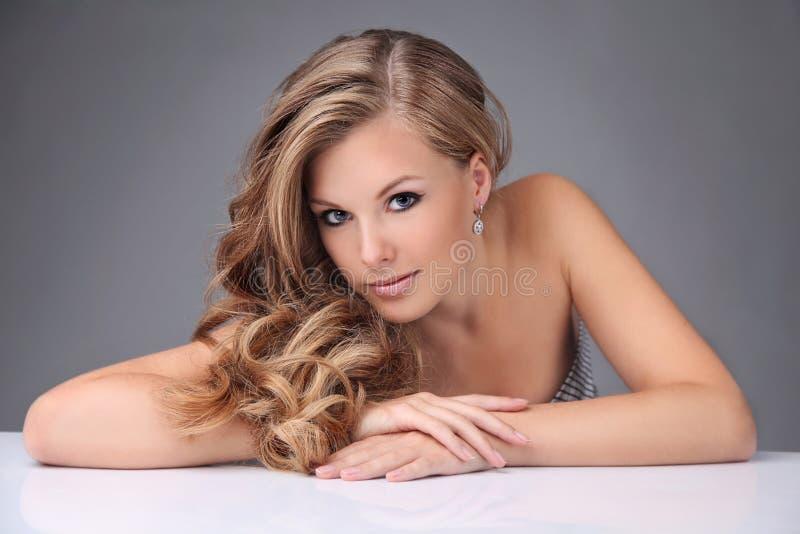 Blondes Baumuster mit dem schönen Haar stockfoto