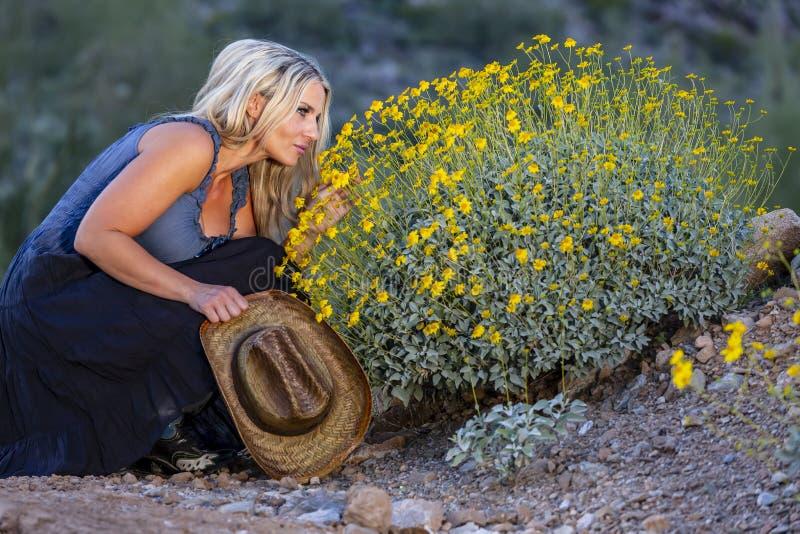 Blondes Cowgirl im amerikanischen S?dwesten lizenzfreie stockfotografie