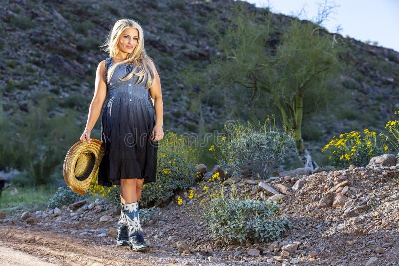 Blondes Cowgirl im amerikanischen S?dwesten lizenzfreies stockbild