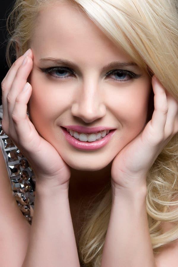 Blondes Frauen-Lächeln lizenzfreie stockfotos