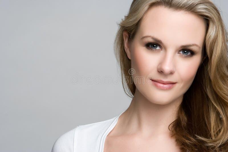Blondes Frauen-Lächeln lizenzfreie stockfotografie