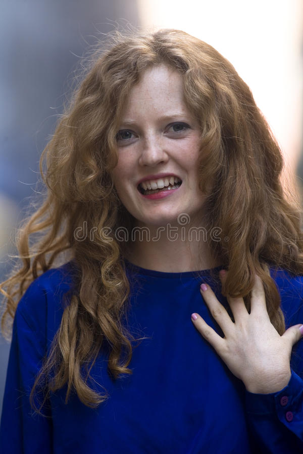 Blondes Frauenblauhemd stockfoto