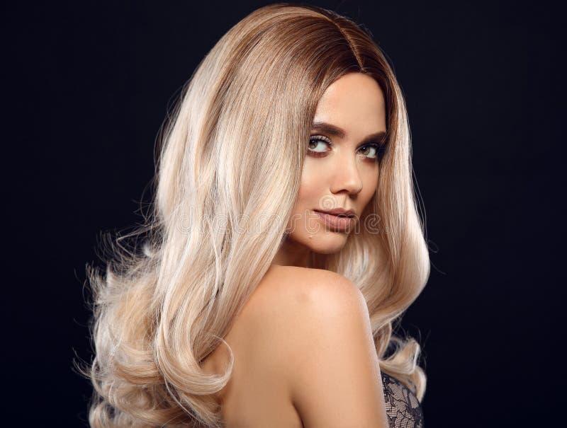 Blondes gelocktes Haar Ombre Schönheitsmode-Blondineporträt Schönes Mädchenmodell mit Make-up, lange gesunde Frisuraufstellung lizenzfreie stockfotografie
