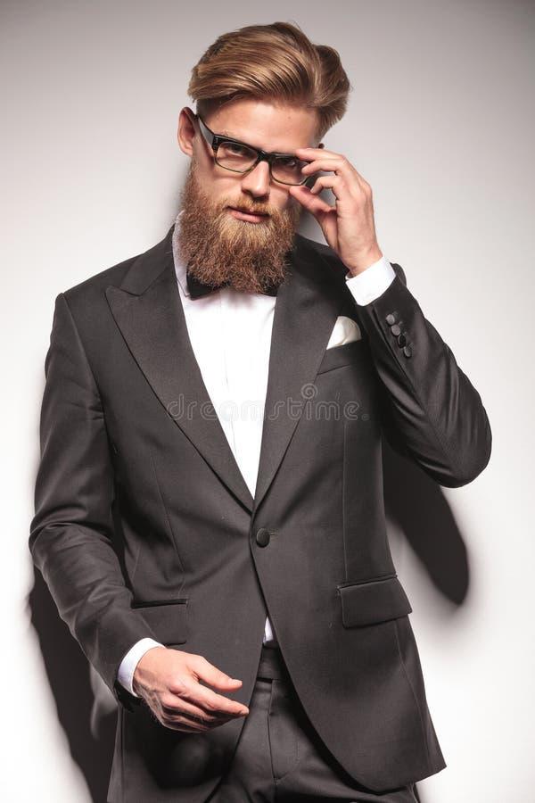 Blondes Geschäftsmangan, das seine Gläser entfernt lizenzfreies stockbild
