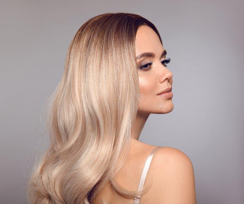 Blondes glänzendes Haar Ombre Schönheitsmode-Blondineporträt Schönes Mädchenmodell mit Make-up, lange gesunde Frisuraufstellung lizenzfreie stockfotografie