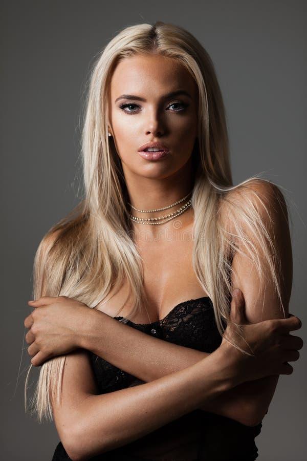 Blondes Haar auf Grau lizenzfreie stockbilder