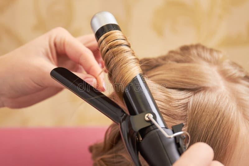 Blondes Haar und Brennschere lizenzfreie stockfotos