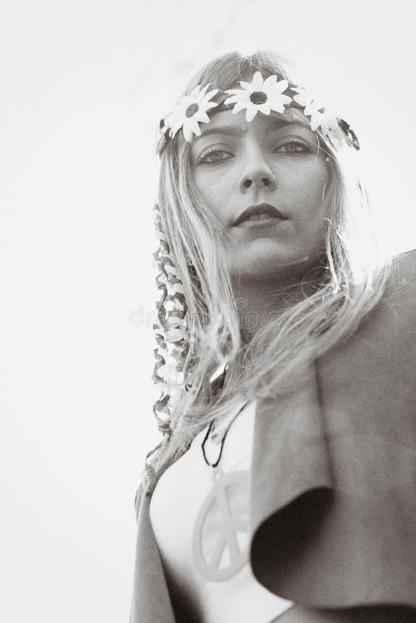 Blondes Hippieartmädchen mit Friedenszeichen und -krone draußen lizenzfreie stockbilder