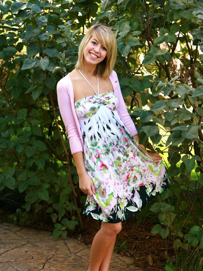 Blondes jugendlich im Blumenkleid lizenzfreies stockbild