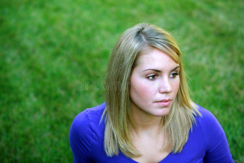 Blondes jugendlich Mädchen im Gras stockfoto