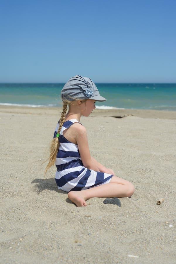 Blondes kleines Mädchen auf dem Strand lizenzfreies stockbild