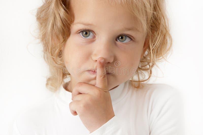 Blondes kleines Mädchen kleidete im Weiß an lizenzfreie stockfotos