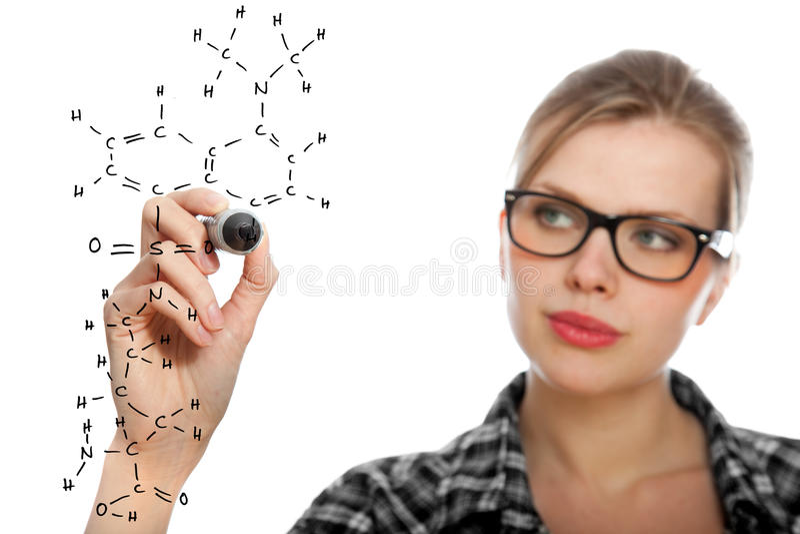 Blondes Kursteilnehmermädchen, das eine chemische Formel zeichnet stockfotografie