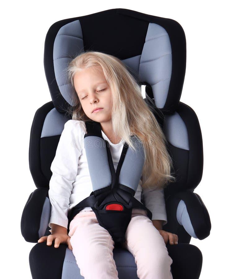 Blondes Mädchen, das im Kindersitz lokalisiert schläft lizenzfreies stockfoto