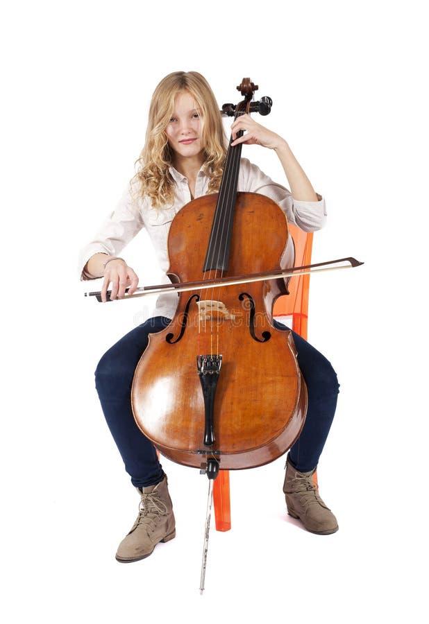 Blondes Mädchen, das Kontrabass spielt lizenzfreie stockfotos