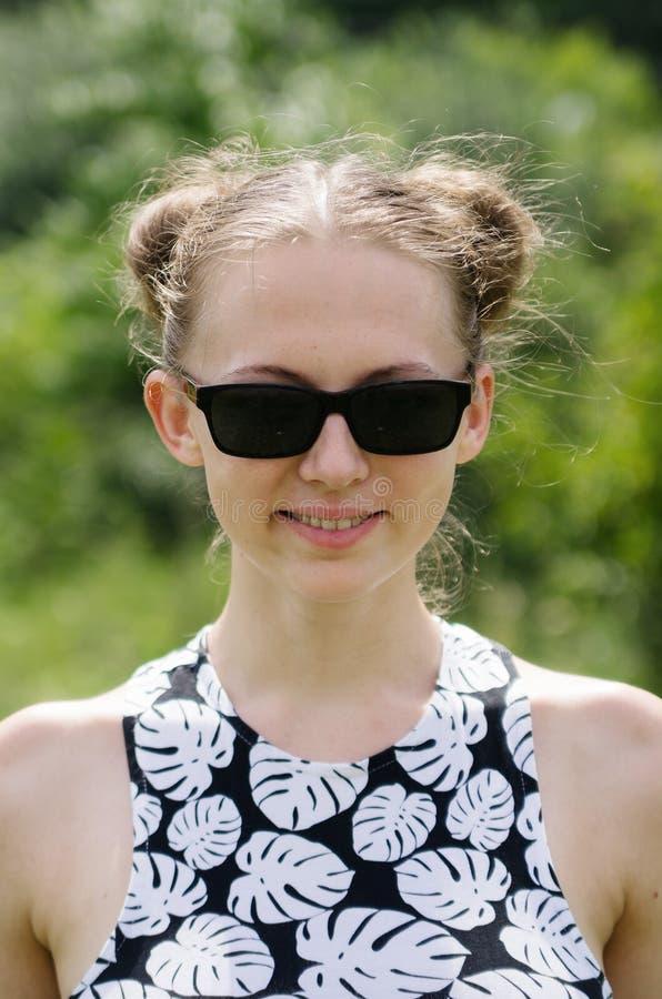 Blondes Mädchen in den dunklen Gläsern stockfotografie