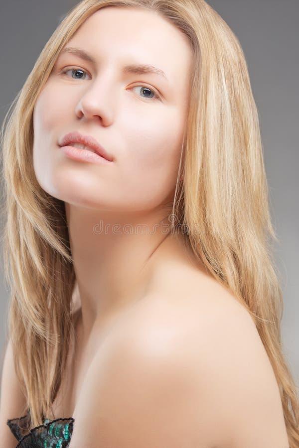 Blondes Mädchen der jungen Neigung mit Nullverfassung lizenzfreie stockfotografie