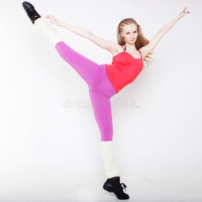 Blondes Mädchen in der Spannkraft in der gymnastischen Haltung lizenzfreie stockfotografie